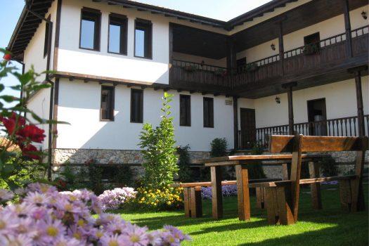 """градина - Къща за гости """"Трите камбани"""""""